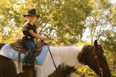 Bambina su a cavallo fotografia stock libera da diritti