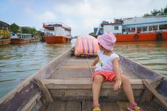 Bambina su un giro della barca in Hoi An, Vietnam Fotografia Stock