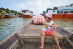 Bambina su un giro della barca in Hoi An, Vietnam fotografia stock libera da diritti