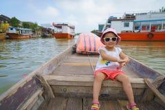 Bambina su un giro della barca in Hoi An, Vietnam Fotografie Stock Libere da Diritti