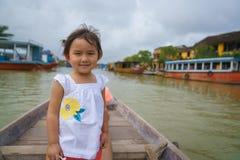 Bambina su un giro della barca in Hoi An, Vietnam fotografie stock