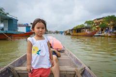Bambina su un giro della barca in Hoi An, Vietnam immagini stock libere da diritti