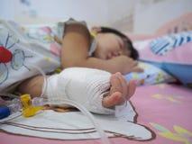 Bambina su un gocciolamento che riceve una soluzione salina Immagine Stock Libera da Diritti