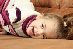 Bambina su un sofà Immagini Stock Libere da Diritti