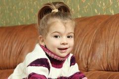 Bambina su un sofà Fotografia Stock Libera da Diritti