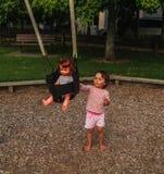 Bambina su una bambola dell'oscillazione fotografie stock libere da diritti