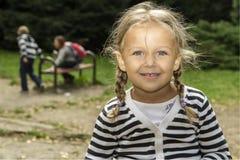 Bambina su una passeggiata Immagine Stock