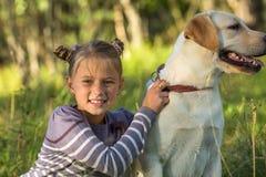 Bambina su una passeggiata con il cane Amore Immagine Stock
