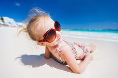 Bambina su una vacanza della spiaggia Fotografie Stock Libere da Diritti