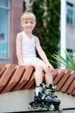 Bambina sui pattini di rullo al parco Fotografia Stock Libera da Diritti