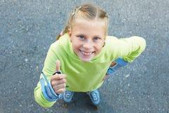 Bambina sui pattini di rullo in parco Ragazza felice Fotografia Stock Libera da Diritti