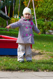 Bambina sul campo da giuoco Fotografie Stock