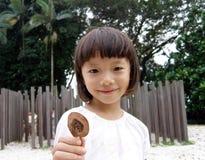 Bambina sul campo da giuoco Immagine Stock