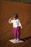 Bambina sul campo del basball Immagini Stock