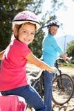 Bambina sul giro della bici del paese con la nonna Fotografia Stock
