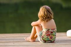 Bambina sul molo di legno Fotografia Stock