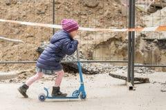 Bambina sul motorino al recinto immagini stock libere da diritti