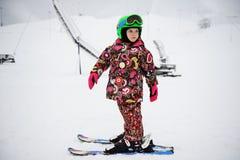 Bambina sul pattino alpino Fotografie Stock