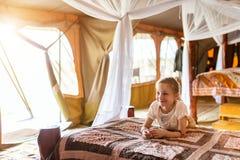 Bambina sul safari fotografia stock libera da diritti