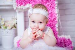 Bambina sul suo compleanno che mangia dolce Fotografie Stock