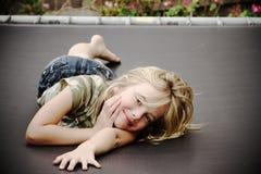 Bambina sul trampolino, sorridente Immagini Stock Libere da Diritti