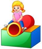 Bambina sul tunnel del campo da giuoco Fotografia Stock