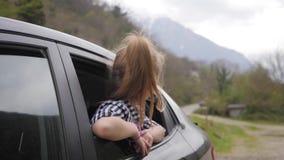 Bambina sul viaggio stradale in pieno di meraviglia e di esplorazione Stile di vita, concetto di viaggio della famiglia stock footage