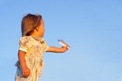 Bambina sull'azzurro fotografia stock