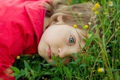 Bambina sull'erba Fotografia Stock Libera da Diritti