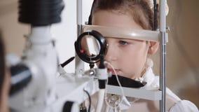 Bambina sull'occhio biomicroscopy archivi video