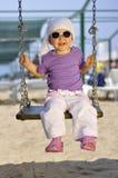 Bambina sull'oscillazione immagini stock