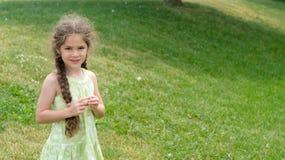 Bambina sulla collinetta erbosa Immagini Stock