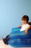 Bambina sulla poltrona dell'aria Fotografia Stock