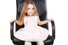 Bambina sulla presidenza dell'ufficio fotografia stock libera da diritti