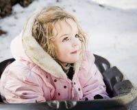 Bambina sulla slitta della neve fotografie stock libere da diritti