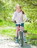 Bambina sulla sua bici immagini stock
