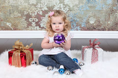 Bambina sulla valigia Fotografia Stock