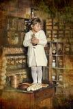 Bambina sulla vecchia cucina fotografia stock libera da diritti