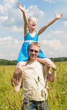 Bambina sulle sue spalle dei padri fotografia stock libera da diritti