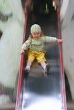 Bambina sullo scivolo Immagini Stock