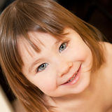 Bambina sveglia all'interno Fotografie Stock