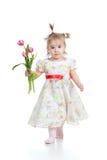 Bambina sveglia che dà il regalo del fiore su bianco Fotografia Stock