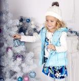 Bambina sveglia che decora l'albero di Natale Fotografia Stock