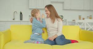 Bambina sveglia che divide segreto per generare a casa stock footage