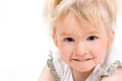 Bambina sveglia che esamina la macchina fotografica Fotografia Stock Libera da Diritti