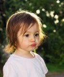 Bambina sveglia che fa fronte divertente Fotografie Stock Libere da Diritti