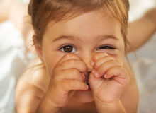 Bambina sveglia che fa fronte divertente Fotografia Stock Libera da Diritti