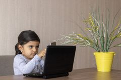 Bambina sveglia che gioca all'ufficio fotografia stock