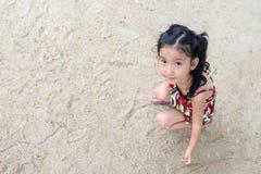 Bambina sveglia che gioca con la sabbia fotografia stock libera da diritti