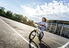 Bambina sveglia che guida velocemente in bicicletta Immagine Stock Libera da Diritti
